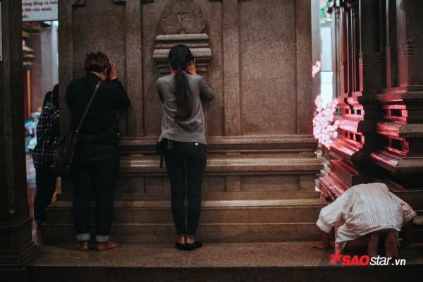 Nườm nượp đi chùa, người Sài Gòn úp mặt vào tượng đá nói chuyện, bôi ấn đỏ lên mặt cầu may - Ảnh 7.