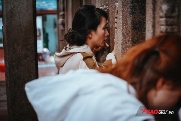 Nườm nượp đi chùa, người Sài Gòn úp mặt vào tượng đá nói chuyện, bôi ấn đỏ lên mặt cầu may - Ảnh 8.