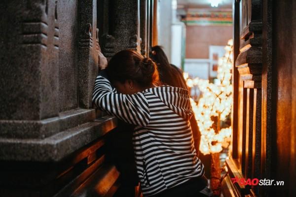 Nườm nượp đi chùa, người Sài Gòn úp mặt vào tượng đá nói chuyện, bôi ấn đỏ lên mặt cầu may - Ảnh 9.