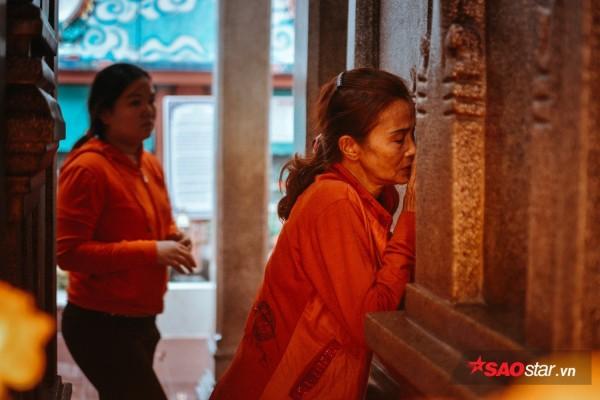 Nườm nượp đi chùa, người Sài Gòn úp mặt vào tượng đá nói chuyện, bôi ấn đỏ lên mặt cầu may - Ảnh 10.
