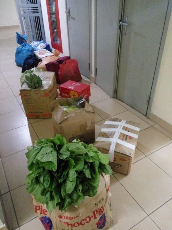 Hết Tết, sinh viên thi nhau khoe ảnh chụp cả núi thức ăn bố mẹ trang bị mang ra phòng trọ 'chống đói' - Ảnh 3.