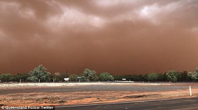 Cảnh tượng bão bụi dài 200km, nhuộm đỏ thị trấn nước Úc như trong phim viễn tưởng - Ảnh 3.