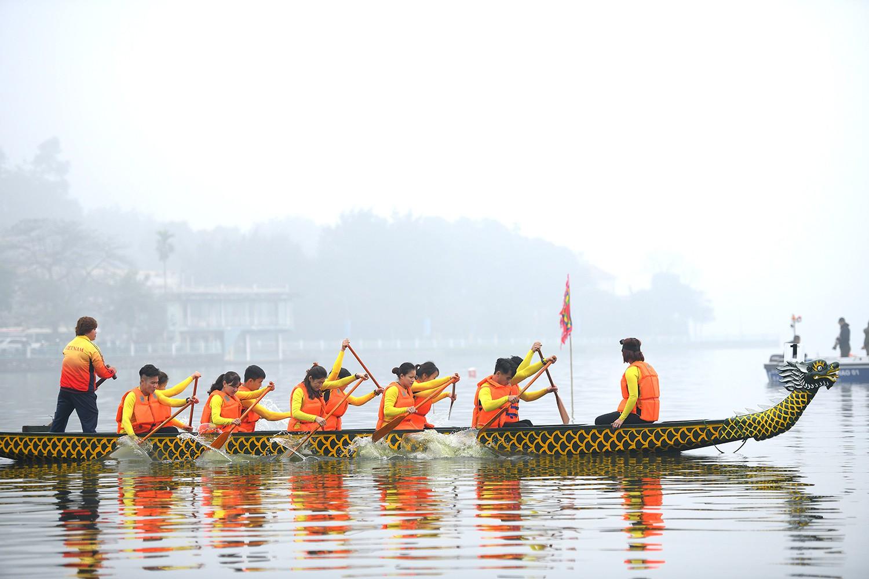 Người dân háo hức xem đua thuyền rồng tại hồ Tây