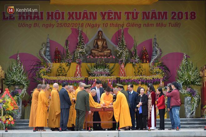 Khai hội Yên Tử, hàng trăm người leo trèo ra khỏi đám đông vì đứng chôn chân 2 tiếng ở đường lên chùa Đồng - Ảnh 5.