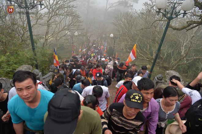 Khai hội Yên Tử, hàng trăm người leo trèo ra khỏi đám đông vì đứng chôn chân 2 tiếng ở đường lên chùa Đồng - Ảnh 6.