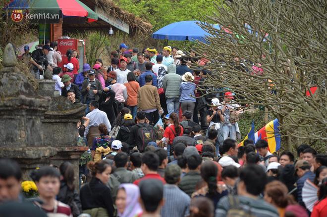 Khai hội Yên Tử, hàng trăm người leo trèo ra khỏi đám đông vì đứng chôn chân 2 tiếng ở đường lên chùa Đồng - Ảnh 8.