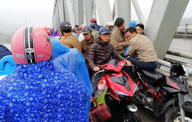 Hàng trăm người đứng chật cầu theo dõi tìm kiếm người phụ nữ nhảy sông tự tử - Ảnh 2.