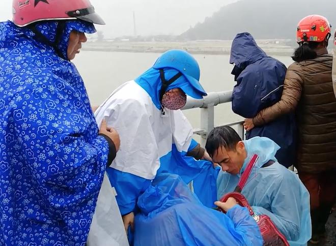 Hàng trăm người đứng chật cầu theo dõi tìm kiếm người phụ nữ nhảy sông tự tử - Ảnh 3.