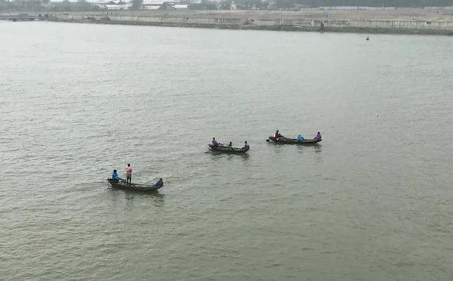 Hàng trăm người đứng chật cầu theo dõi tìm kiếm người phụ nữ nhảy sông tự tử - Ảnh 4.