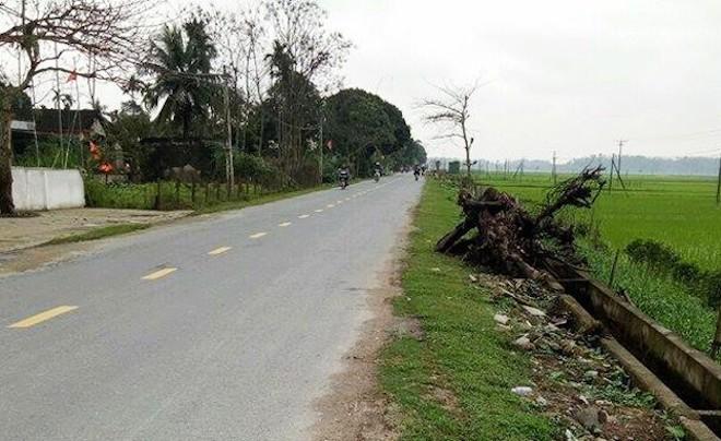 Ô tô mất lái lao thẳng vào nhóm người đang đốt lửa trại bên quốc lộ, 2 người thiệt mạng - Ảnh 1.