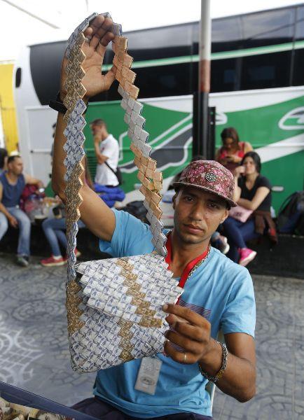 Lạm phát leo thang, người dân Venezuela dùng tiền để gấp đồ thủ công đem bán - Ảnh 3.