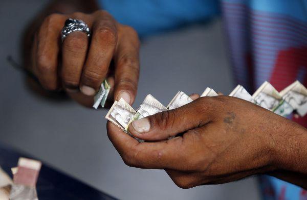 Lạm phát leo thang, người dân Venezuela dùng tiền để gấp đồ thủ công đem bán - Ảnh 4.