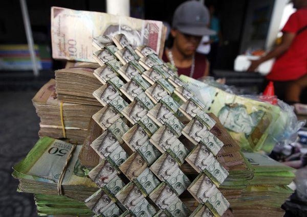 Lạm phát leo thang, người dân Venezuela dùng tiền để gấp đồ thủ công đem bán - Ảnh 2.
