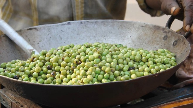 Món đậu Hà Lan dùng lá cây để xúc ăn khiến nhiều du khách ở Ấn Độ vô cùng thích thú - Ảnh 2.