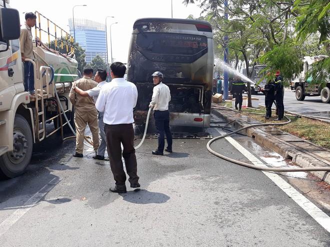 Xe khách chở 12 người bốc cháy ngùn ngụt trên đại lộ ở Sài Gòn - Ảnh 1.