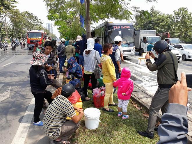 Xe khách chở 12 người bốc cháy ngùn ngụt trên đại lộ ở Sài Gòn - Ảnh 2.