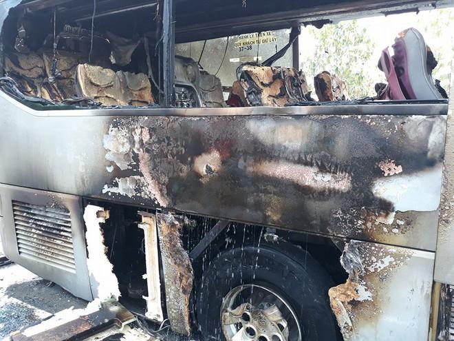 Xe khách chở 12 người bốc cháy ngùn ngụt trên đại lộ ở Sài Gòn - Ảnh 3.
