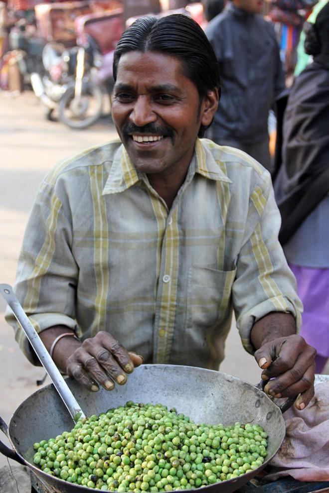 Món đậu Hà Lan dùng lá cây để xúc ăn khiến nhiều du khách ở Ấn Độ vô cùng thích thú - Ảnh 4.