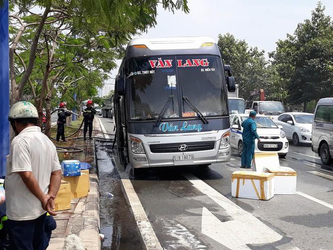 Xe khách chở 12 người bốc cháy ngùn ngụt trên đại lộ ở Sài Gòn - Ảnh 4.