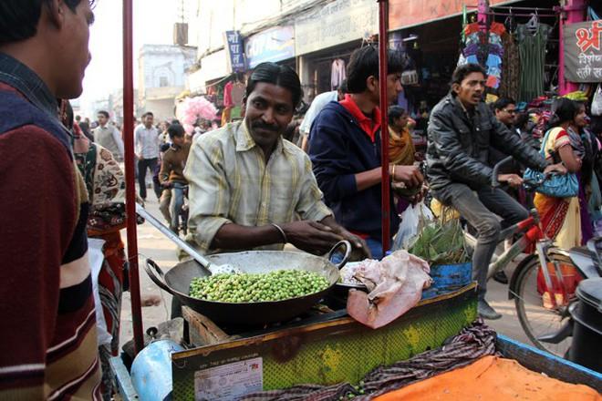 Món đậu Hà Lan dùng lá cây để xúc ăn khiến nhiều du khách ở Ấn Độ vô cùng thích thú - Ảnh 5.