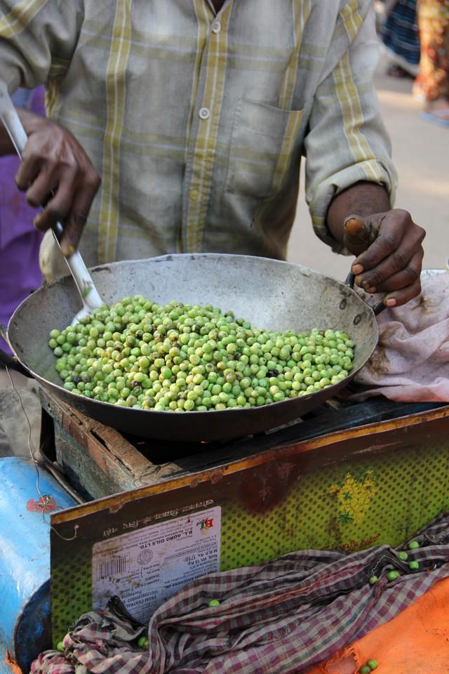 Món đậu Hà Lan dùng lá cây để xúc ăn khiến nhiều du khách ở Ấn Độ vô cùng thích thú - Ảnh 6.