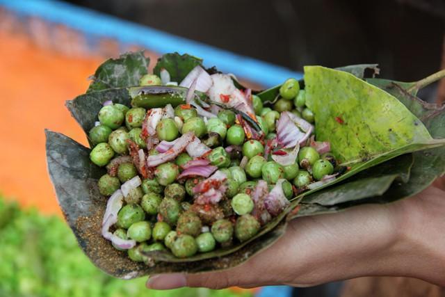 Món đậu Hà Lan dùng lá cây để xúc ăn khiến nhiều du khách ở Ấn Độ vô cùng thích thú - Ảnh 7.