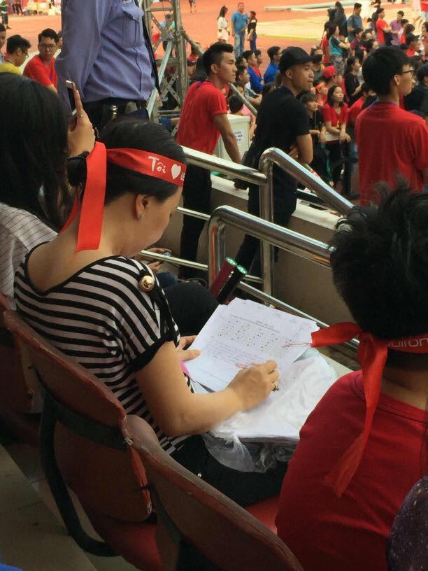 Quá hâm mộ U23 Việt Nam, cô giáo mang cả bài thi đến SVĐ vừa chấm vừa giao lưu - Ảnh 1.
