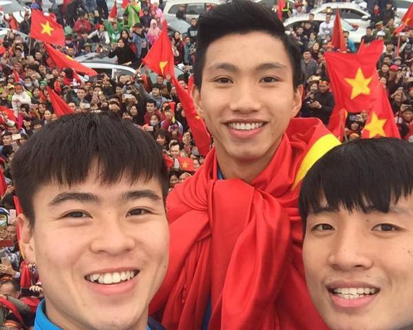 Những bức ảnh chứng minh: Dù cho vật đổi sao dời, 3 cầu thủ U23 này chỉ có một biểu cảm selfie duy nhất  - Ảnh 4.