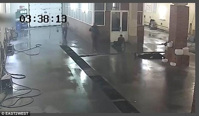 Clip: Nhân viên rửa xe bị đánh chết vì làm việc chậm - Ảnh 2.
