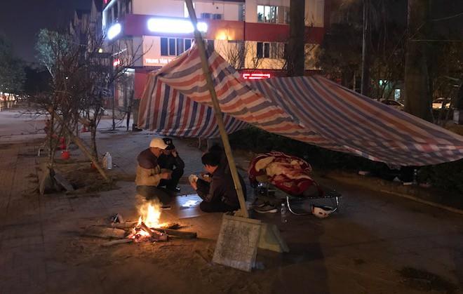 Trắng đêm ngồi co ro đốt củi sưởi ấm để canh đào, quất, hoa Tết - Ảnh 12.