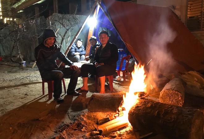 Trắng đêm ngồi co ro đốt củi sưởi ấm để canh đào, quất, hoa Tết - Ảnh 14.