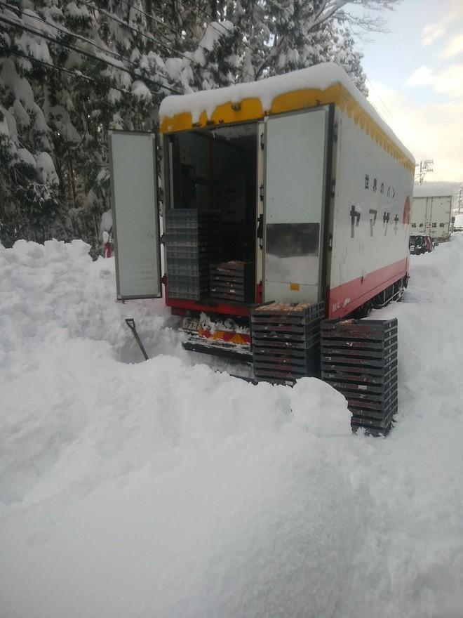 Xe kẹt trong tuyết hàng giờ liền, tài xế giao bánh mì quyết định làm một việc khiến ai cũng vô cùng xúc động - Ảnh 1.