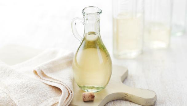 Chỉ với những nguyên liệu có sẵn trong nhà bếp, bạn có thể tạo ra nước làm sạch kính chỉ trong tích tắc - Ảnh 2.