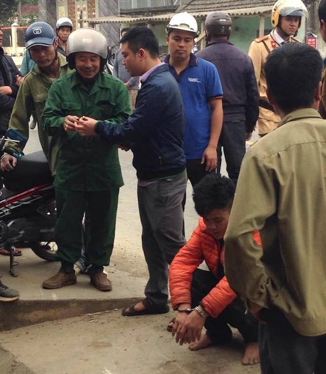 Người dân vây bắt, đạp ngã nam thanh niên trộm xe máy xuống mương nước - Ảnh 1.