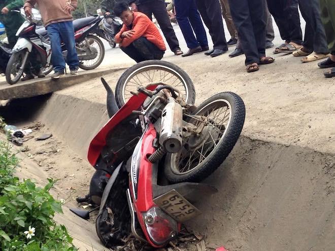 Người dân vây bắt, đạp ngã nam thanh niên trộm xe máy xuống mương nước - Ảnh 3.