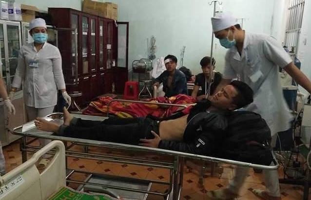 Tai nạn ở đèo Lò Xo, Kon Tum:  Hiện người bị thương được đưa vè cấp cứu tại bệnh viện đa khoa tỉnh để điều trị.