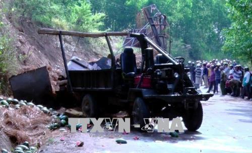 Lật xe chở 10 tấn dưa hấu tại Phú Yên, 2 người tử vong tại chỗ - Ảnh 1.