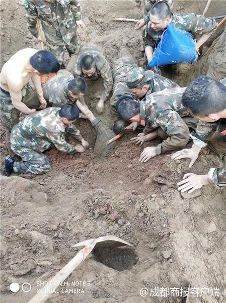 Hàng chục cảnh sát dùng tay đào đất cứu người bị chôn sống - Ảnh 1.