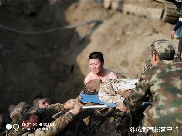 Hàng chục cảnh sát dùng tay đào đất cứu người bị chôn sống - Ảnh 5.