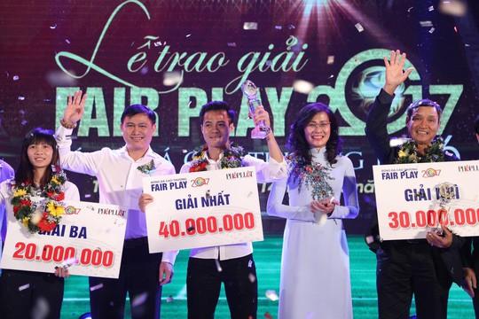 Nhận cúp Fair Play, Văn Toàn tặng hết tiền thưởng cho người hạng 3 - Ảnh 1.