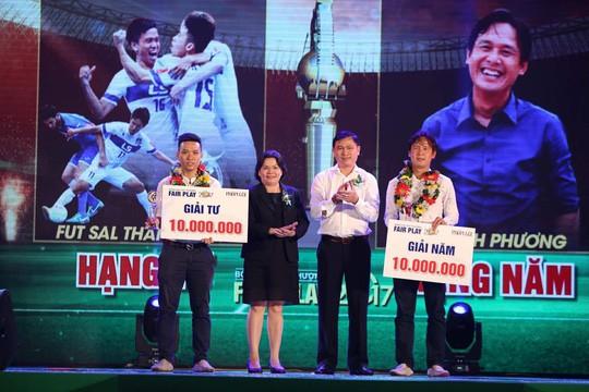 Nhận cúp Fair Play, Văn Toàn tặng hết tiền thưởng cho người hạng 3 - Ảnh 2.