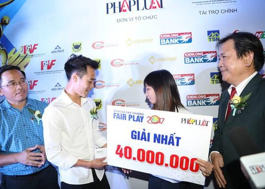 Nhận cúp Fair Play, Văn Toàn tặng hết tiền thưởng cho người hạng 3 - Ảnh 5.