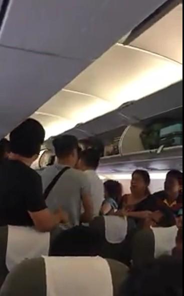 Giành ghế trên máy bay không được, người phụ nữ gọi chàng trai là kẻ móc túi - Ảnh 1.