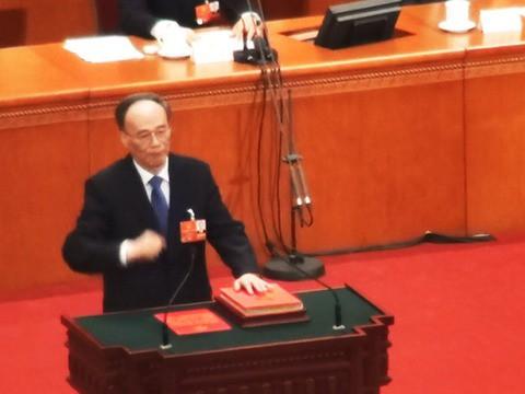Tân Phó Chủ tịch TQ Vương Kỳ Sơn trở lại ngoạn mục, đập bàn tại lễ tuyên thệ nhậm chức - Ảnh 1.