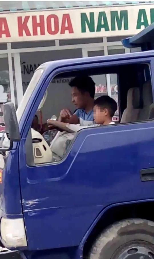 Bé trai lái xe tải chạy băng băng trên phố Sầm Sơn - Ảnh 1.