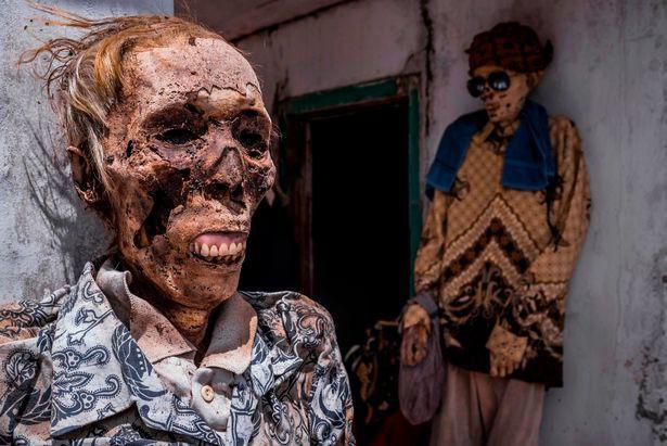 Bên trong ngôi làng của cái chết, nơi dân làng đào mộ, mặc quần áo mới cho thi thể người thân rồi còn mời thuốc lá - Ảnh 8.