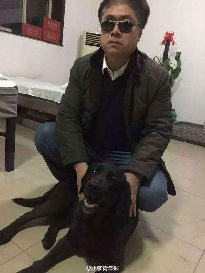 Chó dẫn đường của người đàn ông mù bị bắt trộm, một ngày sau con vật bất ngờ quay về nhà với thứ này trên cổ - Ảnh 2.