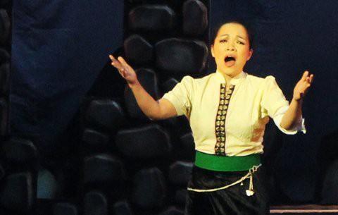 Soi ca sĩ Việt hát live: Hà Phạm Thăng Long thổi bay nhà hát với nốt nhạc to khủng khiếp - Ảnh 1.