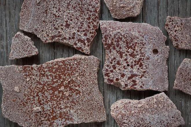 Phát hiện mảng trắng trên bề mặt chocolate, bạn ăn tiếp hay vứt bỏ chúng?Khoa học giải đáp rồi đây - Ảnh 1.