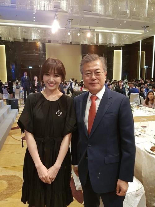 Hari Won mất ngủ vì được tổng thống Hàn Moon Jae In gọi tên, chụp ảnh cùng - Ảnh 2.